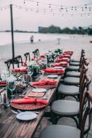 Svadobné stolovanie v červenom na pláži