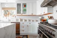 Biela kuchynská linka s oranžovými doplnkami