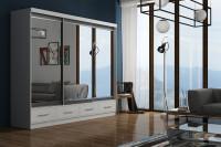 Moderná obývačka s veľkou bielou zrkadlovou skriňou