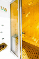 Sauna so sklenenými posuvnými dverami