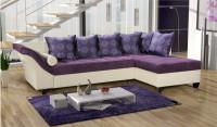 Moderná obývačka s rohovou bielofialovou sedačkou