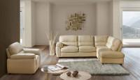 Obývačka so sedacou súpravou s kreslom v škandinávskom štýle