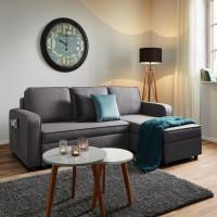 Obývacia izba zariadená jednoduchým nábytkom