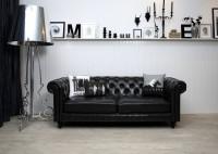 Obývacia izba s čiernou sedačkou s imitáciou kože