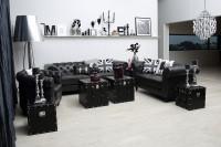 Obývačka zariadená čiernym retro nábytkom