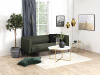 Jednoducho zariadená obývacia izba so zlatými doplnkami
