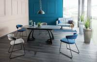 Moderne navrhnutý stôl v modrobielej jedálni