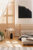 Minimalistická spálňa v svetlohnedej