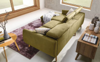 Zelená rohová sedačka v obývacej izbe