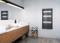 Moderná kúpeľňa s moderným elektrickým radiátorom