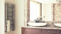 Veľké zrkadlo v kúpeľni s mramorovým motívom