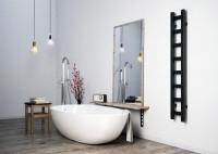 Kúpeľňa v minimalistickom štýle s voľne stojacou vaňou
