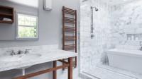 Moderná biela kúpeľňa ladená hnedými doplnkami