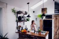 Kuchynský pult s drevenou doskou v malom byte