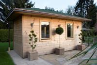 Saunový domček so strieškou v záhrade