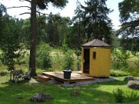 Menší oválny saunový domček so strieškou