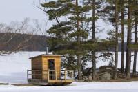 Menší saunový domček pri jazere