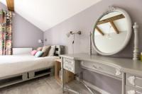 Sivobiely toaletný stolík so šuplíkmi a okrúhlym zrkadlom