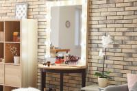 Menší polkruhový toaletný stolík so zrkadlom so žiarovkami