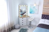 Komodový toaletný stolík so šuplíkmi a zrkadlom osvetleným žiarovkami