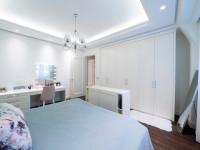 Biely toaletný stolík ako súčasť šuplíkovej komody
