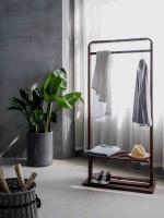 Drevený stojan na šaty v minimalistickom interiéri
