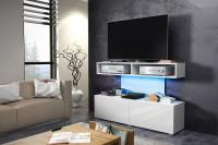 Obývacia izba s bielym moderným stolíkom pod televízor
