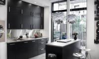 Moderná kuchyňa v kontrastnej čiernej farbe