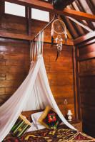Drevená manželská posteľ s baldachýnom a lapač snov