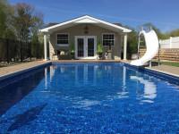 Bazén so šmykľavkou pri záhradnom domčeku
