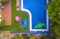 Bazén pred domom s oblúkovým výrezom