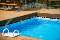 Bazén obložený drevom s fontánkou