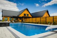 Vonkajší bazén so šmykľavkou za dreveným plotom
