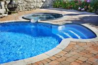 Zapustený vonkajší bazénik prepojený s vírivkou