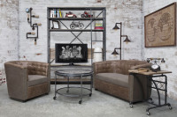 Industriálna obývačka s kovovým nábytkom a vintage prvkami