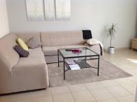 Obývacia izba v minimalistickom štýle v jemnom béžovom odtieni