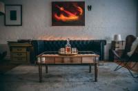 Obývačka s bielou tehlovou stenou a vintage nábytkom