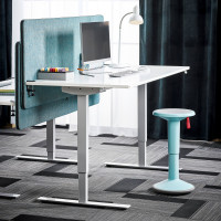 Biely lesklý kancelársky stôl s nastaviteľnou výškou