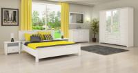 Biela spálňa so žltými závesmi