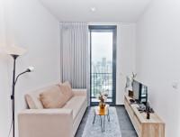 Svetlý gauč a svetlá skrinka pod televízor