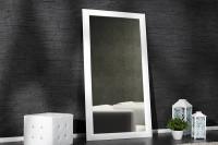 Biele zrkadlo v tmavom interéri