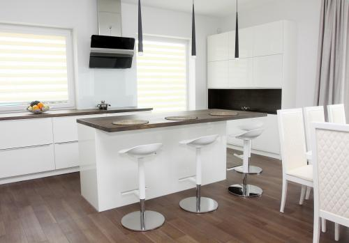 Moderné biele barové stoličky z platu a kovu