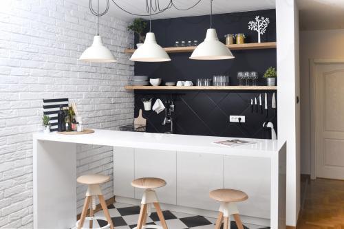 Hravé barové stoličky z dreva a plastu
