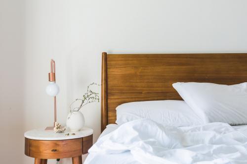 Elegantná retro posteľ s dreveným čelom