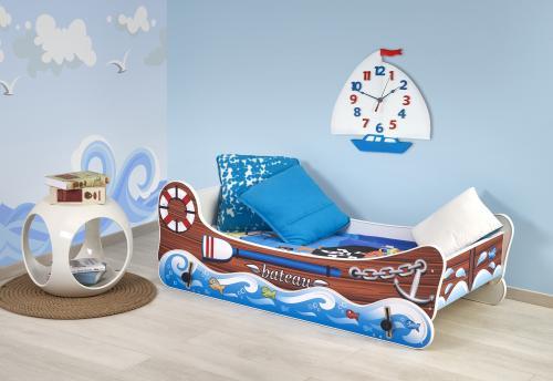 Detská izba s námorníckym motívom a posteľou s kývajúcou funkciou