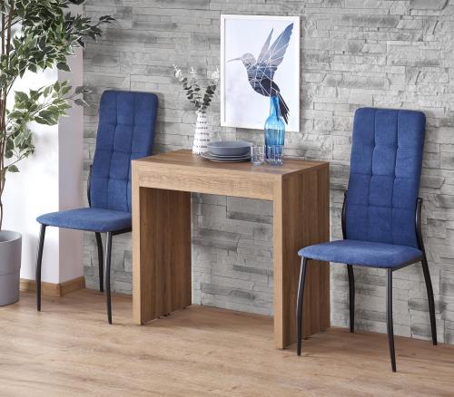 Menší stôl do jedálne s modrými stoličkami
