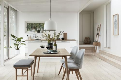 Biela minimalistická kuchyňa spojená s jedálňou