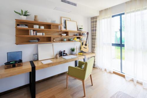 Úzky a dlhý pracovný stôl s poličkami na stene