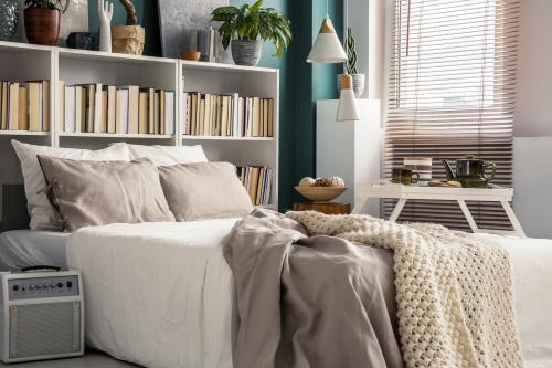 Manželská posteľ s knižnicou za hlavou