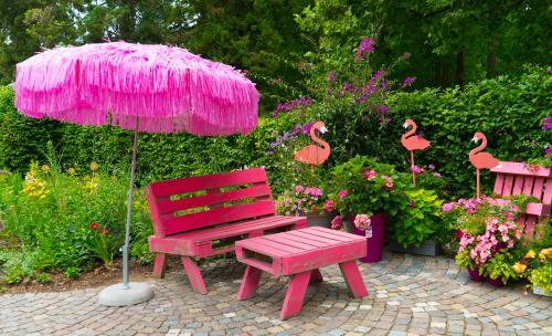 Ružový paletový nábytok v romantickej záhrade